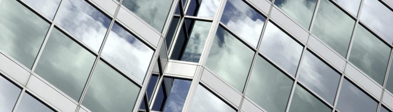 Bürogebäude mit Spiegelfolie