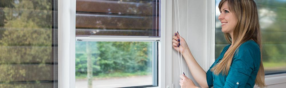 Frau bedient Multifilm Sonnenschutzrollo