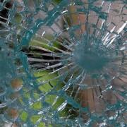 Eingeschlagenes Glas mit Einbruchschutzfolie